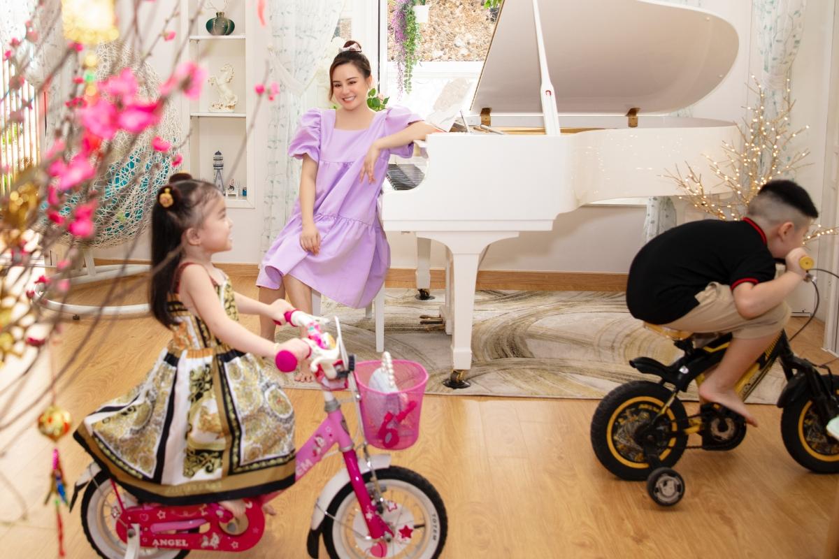 Cây đàn piano giúp phòng khách thêm phần sang trọng. Đây là nơi Vy Oanh rất yêu thích vì vừa chơi đàn vừa ngắm nhìn các con vui chơi.