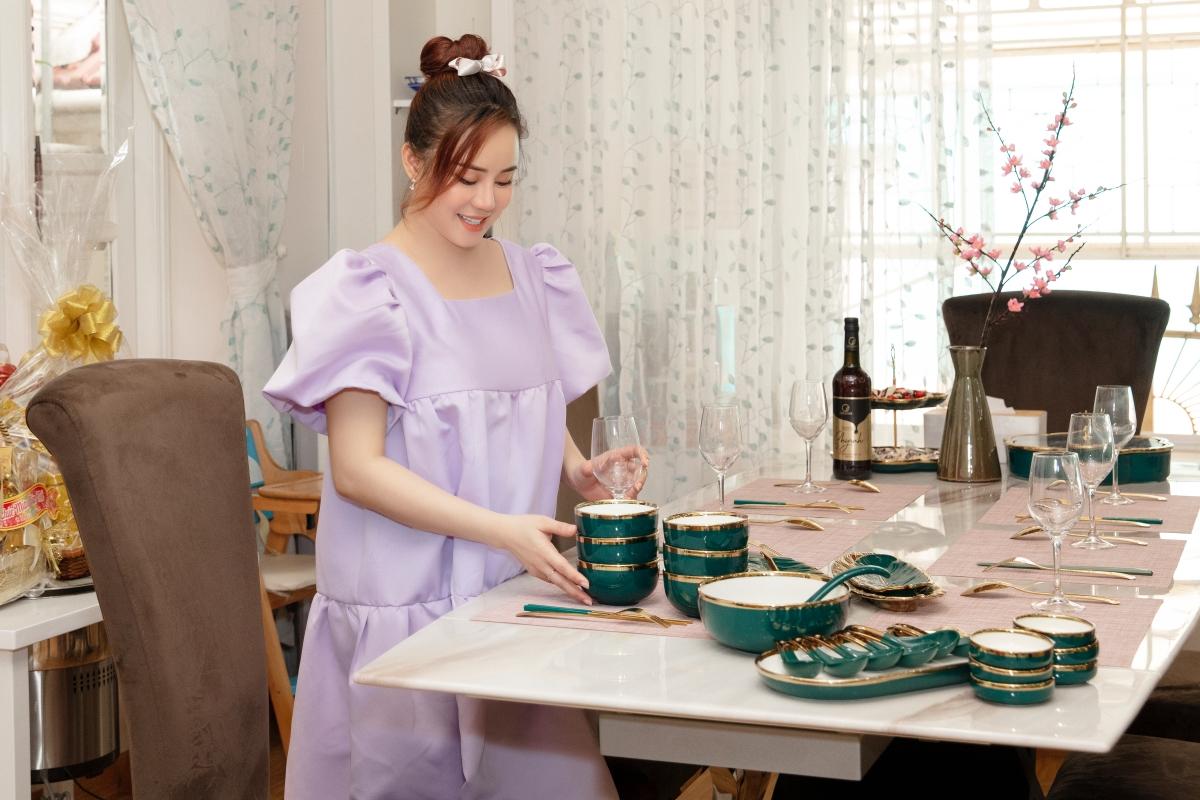 Bà mẹ trẻ tranh thủ sửa soạn chén dĩa, chuẩn bị cho những mâm cỗ ngày Tết sắp đến.