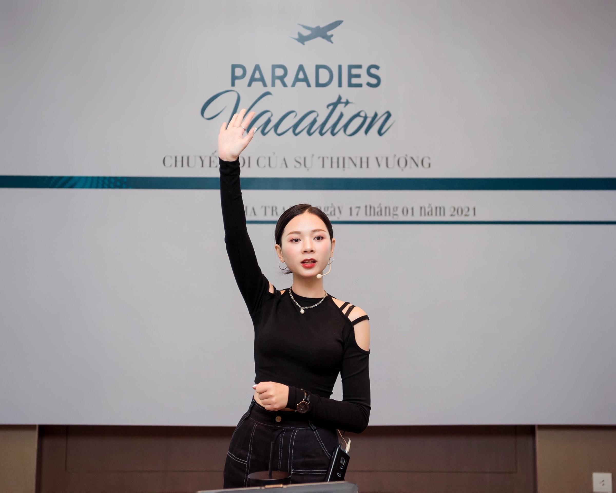 T-Ju là thương hiệu thời trang thiết kế được nhiều người trẻ ưa chuộng ở Hà Nội, do Hoa July làm chủ. Cô sinh năm 1990, có vóc dáng nhỏ nhắn.