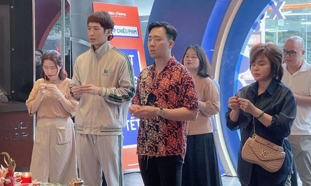 Trấn Thành mới làm lễ cúng cầu may cho phim Bố già sáng 8/2, nửa ngày trước khi nhà nước đưa ra chỉ thị đóng cửa rạp chiếu ở TP HCM.