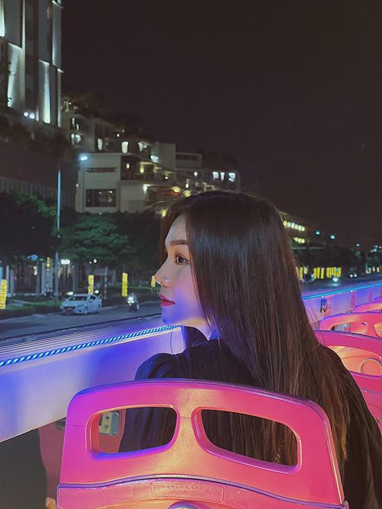 Chuyến đi được cô nàng chân dài thực hiện ngay trước khi Sài Gòn bùng dịch lần này. Thanh Hằng đã có một đêm trải nghiệm thú vị cùng nhiều cảm xúc đặc biệt dành cho TP HCM thân thương. Cô chia sẻ: Sài Gòn by night! Lần đầu tiên trải nghiệm xe bus dạo quanh Sài Gòn những ngày cuối năm. Cười nói không ngớt, chụp hình điên đảo cùng những người bạn thân quen. Cuộc đời đó có bao lâu mà gồng mình, cứ vui trọn hôm nay.