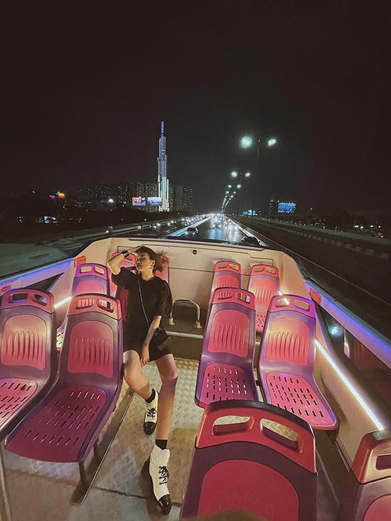 Chị đại có những kiểu ảnh để đời qua ống kính của bạn bè mà đẹp chẳng kém ảnh tạp chí. Background nổi bật phía sau là toà tháp Landmark 81. Xe bus có 2 tầng, trong đó tầng 2 mui trần hoàn toàn, dành cho du khách tận hưởng trọn vẹn không khí và ngắm cảnh 360 độ của thành phố.