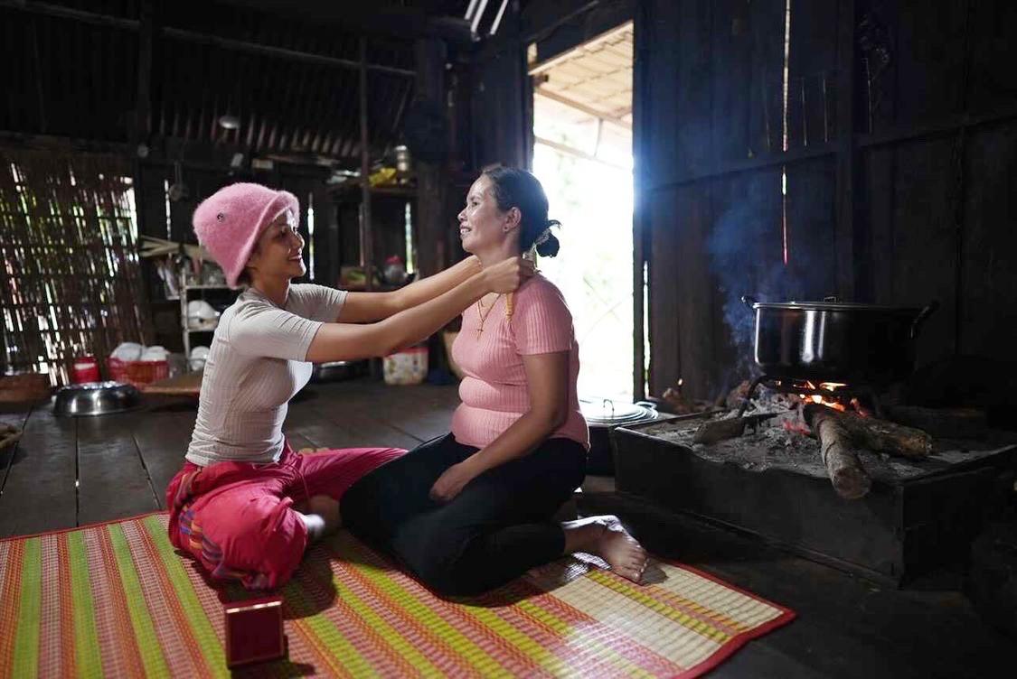 HHen tận tay biếu tặng và đeo vàng giúp mẹ khi về đến quê.