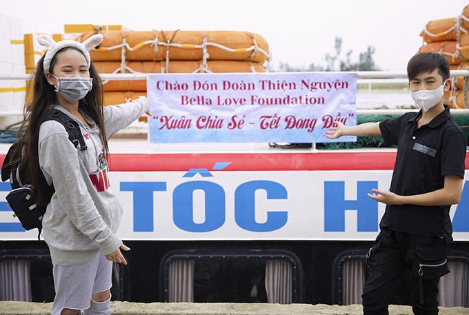 Hoa hậu thanh lịch nhí 2019 Bella Vũ và anh trai Oscar Vũ được chào đón nồng nhiệt khi về Lý Sơn, Quảng Ngãi làm từ thiện, mang niềm vui đến cho người dân nghèo.
