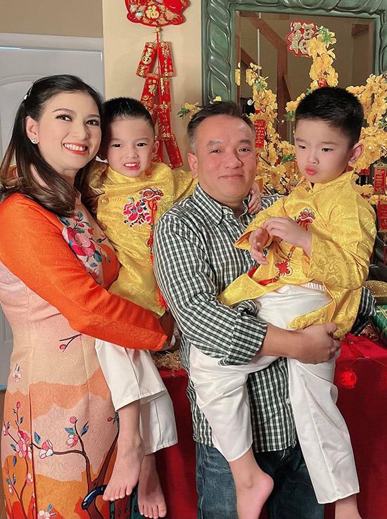Phạm Thanh Thảo và hai con diện áo dài đặt may từ Việt Nam gửi sang Mỹ. Năm nay dù dịch bệnh vợ chồng cô vẫn sắm sửa, ăn Tết hoành tráng để đuổi cô Vy, cầu mong một năm khoẻ mạnh, bình an.