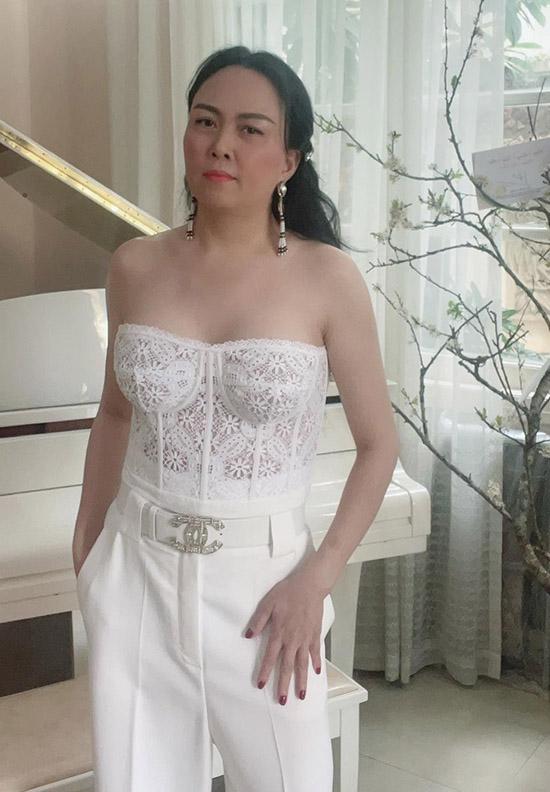 Phượng Chanel sở hữu làn da trắng và bờ vai nuột nà nên rất chuộng mặc các thiết kế cúp ngực, hở vai.