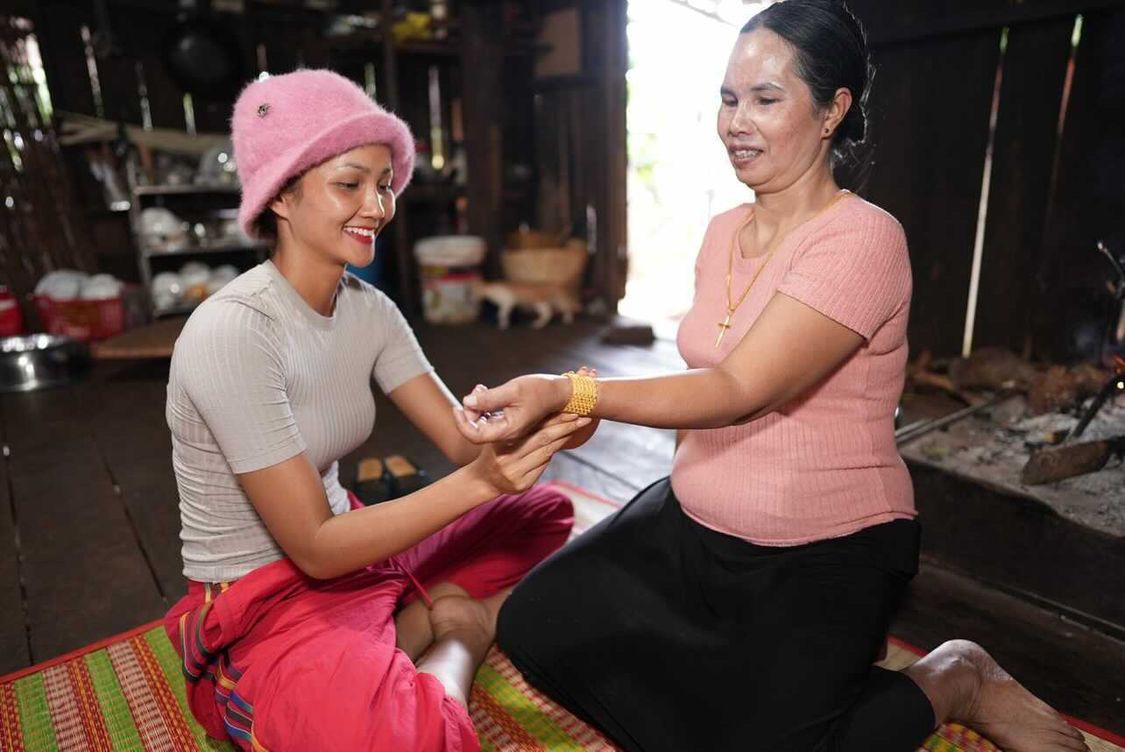 HHen tận tay biếu tặng và đeo vàng giúp mẹ.