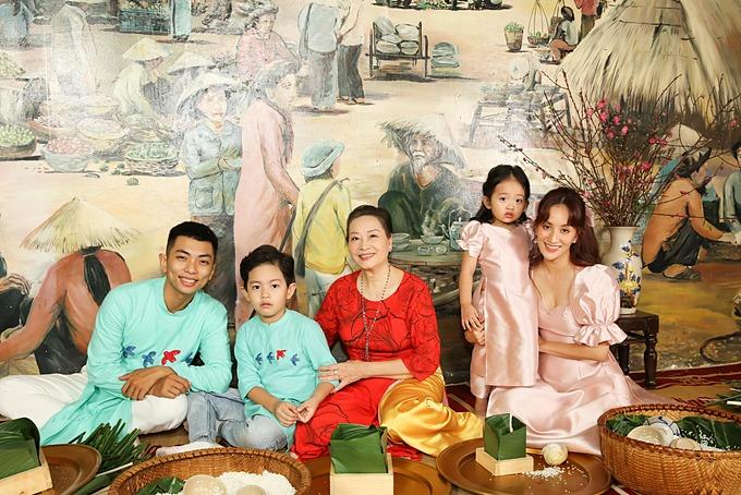 Gia đình Khánh Thi - Phan Hiển mặc áo dài gói bánh chưng.
