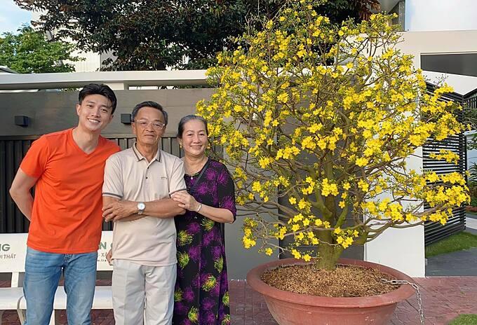 Mai vàng nở rộ trước sân. Mẹ Cha hạnh phúc trăm phần con vui, Quốc Trường bình luận về bức ảnh của mình.
