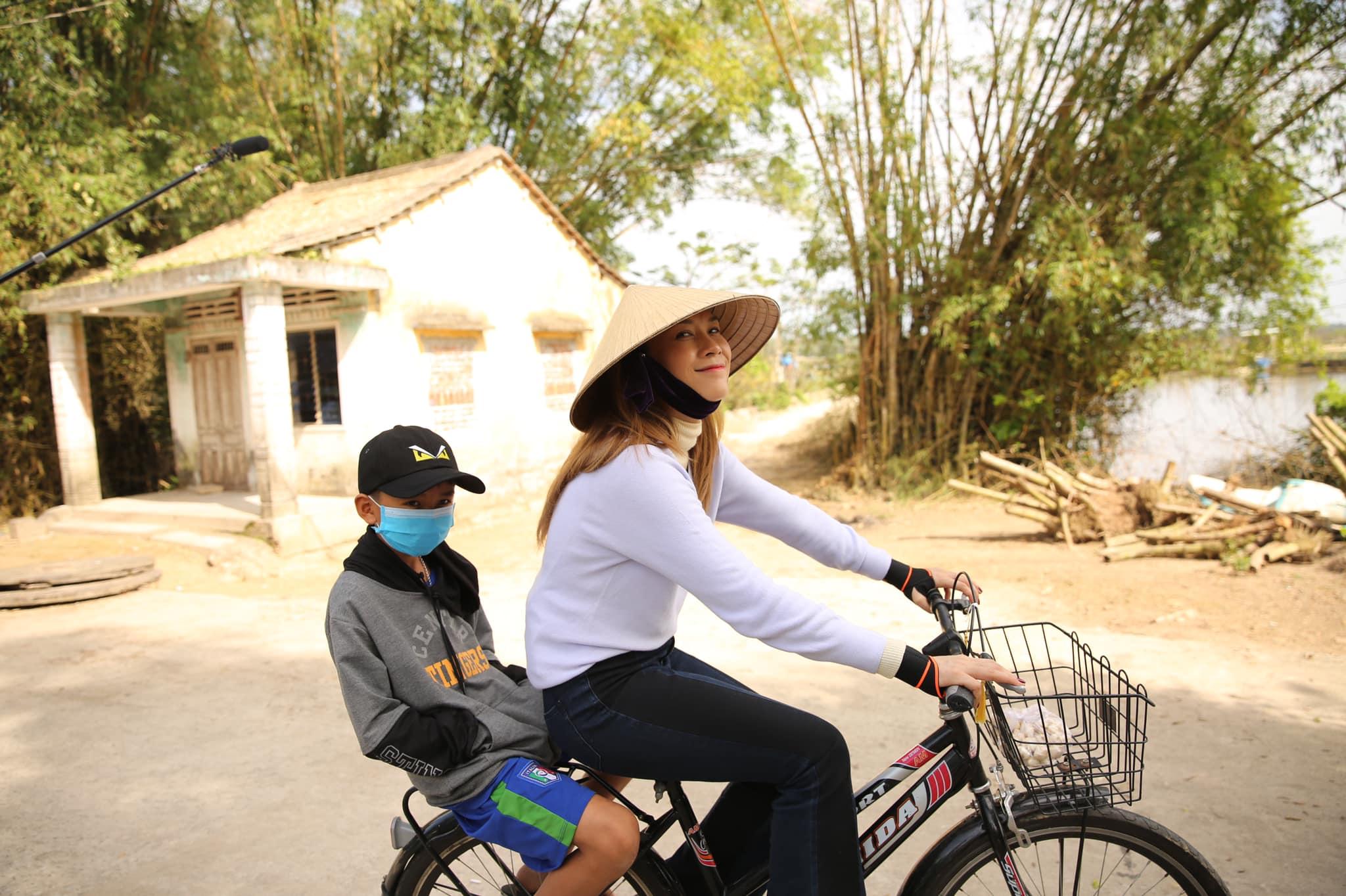 Mỹ Tâm đạp xe dạo chơi ở quê ngoại những ngày giáp Tết.
