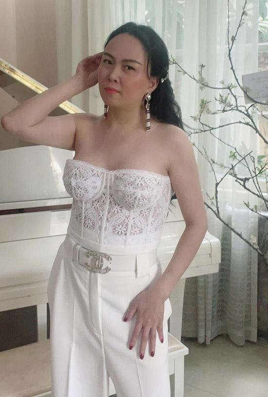 Nữ doanh nhân được bạn bè khen xinh đẹp, sexy khi diện áo corset ren kết hợp quần tây trắng.