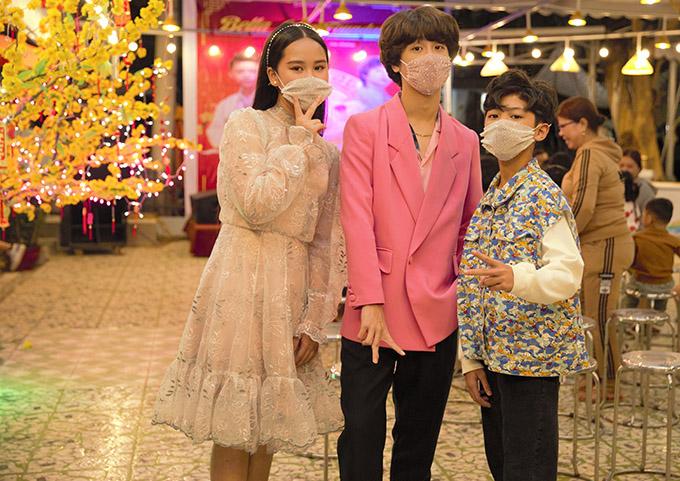Giọng ca nhí Gia Khiêm (giữa) và rapper Tiến Nhỏ (phải) ra đảo Lý Sơn cùng Bella Vũ. Ba sao nhí kết hợp tổ chức đêm nhạc phục vụ miễn phí cho bà con ở đây.