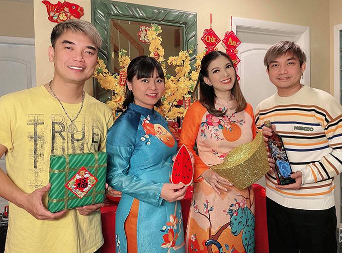 Phạm Khánh Hưng (ngoài cùng bên phải) cùng một số bạn bè thân thiết đang sống ở Mỹ cũng đến dự tất niên tại nhà công chúa thỏ.