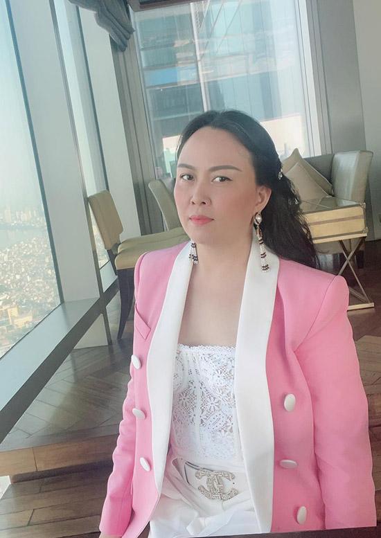 Khi ra phố Phượng Chanel khoác thêm áo vest để tránh cái lạnh mùa đông Hà Nội.