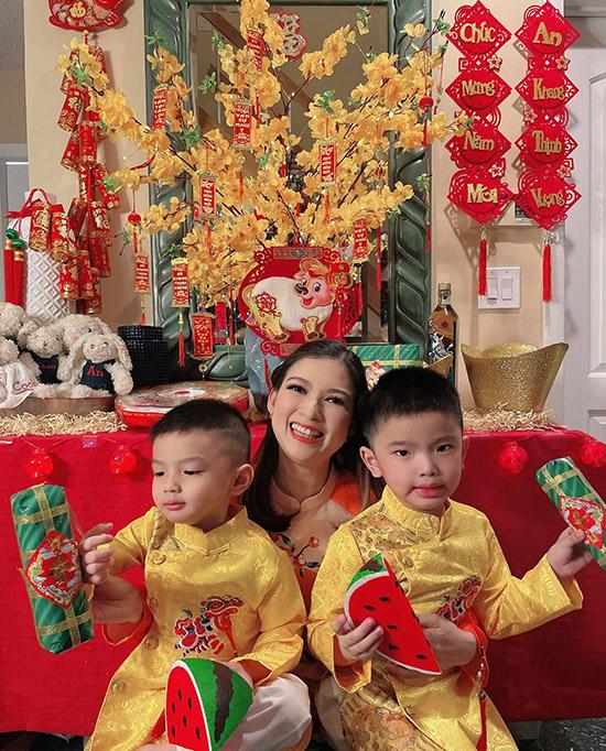 Con lớn của Phạm Thanh Thảo tên Trường An (phải), con nhỏ tên Gia Khang. Hai bé rất hào hứng đón Tết cổ truyền.