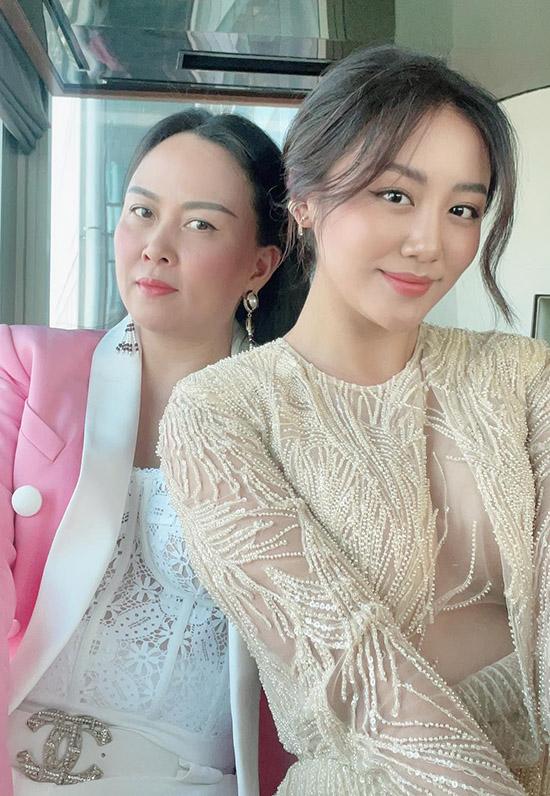 Bạn gái của Quách Ngọc Ngoan có mối quan hệ thân thiết với nhiều nghệ sĩ. Cô vừa hẹn hò uống cà phê với Văn Mai Hương hôm 7/2. Á quân Vietnam Idol gây chú ý với váy đắp vải voan xuyên thấu, lộ vòng một lấp ló.