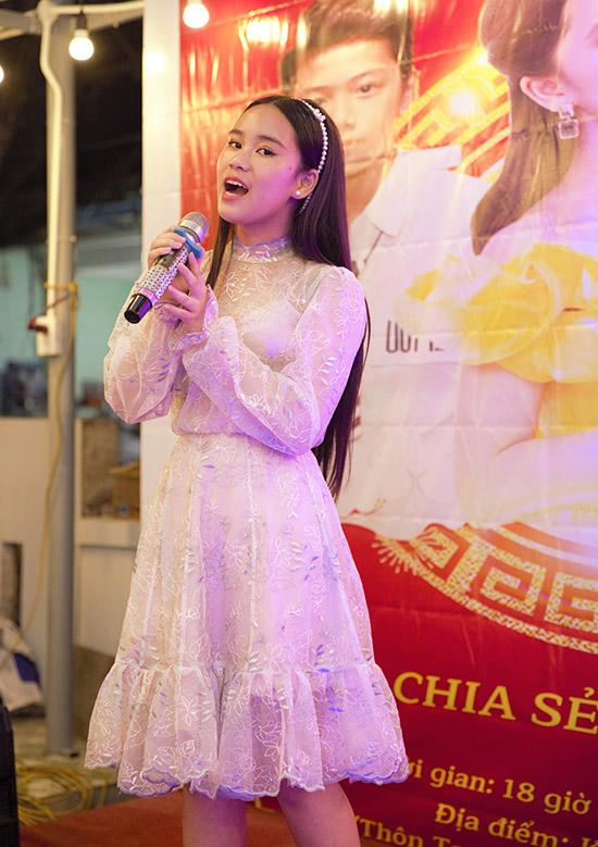 Hoa hậu nhí lai hai dòng máu Việt Nam - Singapore không chỉ có năng khiếu diễn thời trang, chơi piano giỏi mà còn hát rất hay.