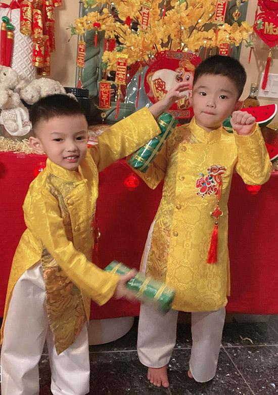 Hai con của nữ ca sĩ sống ở xứ cờ hoa nên sử dụng cả hai ngôn ngữ tiếng Anh và tiếng Việt. Các bé là niềm vui, động lực của vợ chồng Phạm Thanh Thảo.