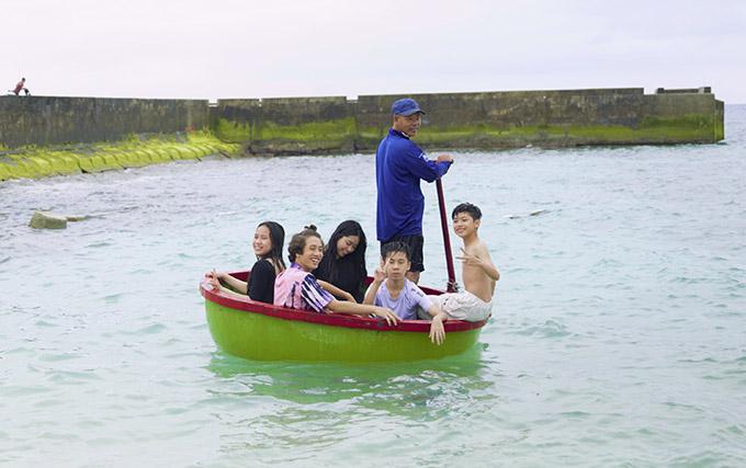 Các sao nhí trải nghiệm cảm giác ngồi thuyền thúng đi ngắm cảnh biển.