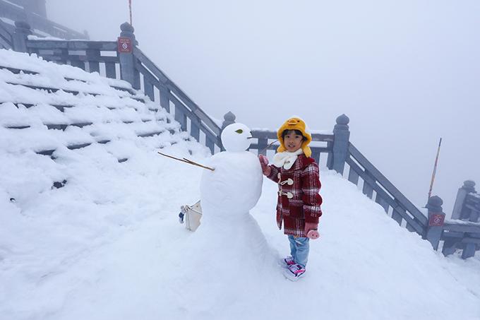 Đỉnh Fansipan chìm trong tuyết trắng dày 60 cm - 16