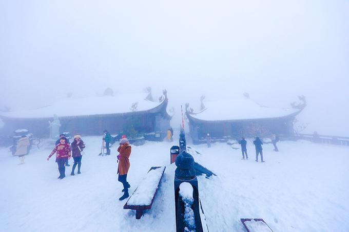 Đỉnh Fansipan chìm trong tuyết trắng dày 60 cm - 14
