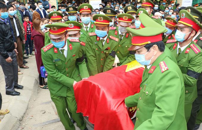 Đồng đội tiễn đưa trung tá Vi Văn Luân hôm 8/2.