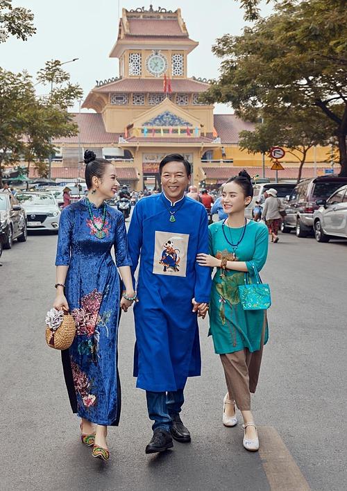 Angela Phương Trinh cùng bố và em gái tay trong tay dạo phố những ngày cuối năm.