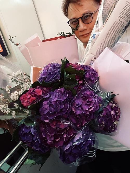 Ca sĩ -  nhạc sĩ Hoàng Bách khoe thành quả sau buổi mua sắm của hai vợ chồng.