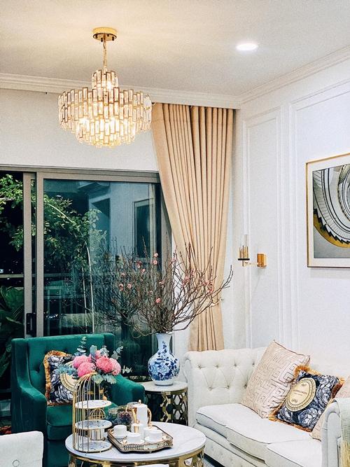 Diễn viên Huỳnh Hồng Loan tự tay làm đẹp căn hộ 5,5 tỷ đồng với cành đào và nhiều loại hoa tươi đón Tết. Cô nói đùa: Thế này lấy chồng được chưa cả nhà?.