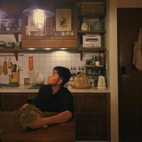 Jun Phạm sửa soạn đón Tết cùng chú mèo cưng trong căn hộ phong cách Nhật Bản.