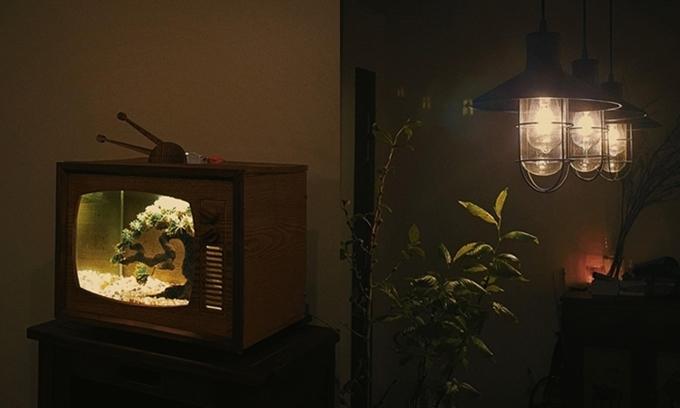 Bể cá hình tivi kiểu cổ và góc phòng làm việc của Jun Phạm.