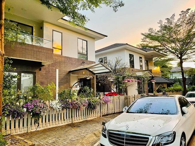 Ca sĩ - diễn viên Nhật Kim Anh làm mới căn biệt thự với nhiều loại hoa tươi, cây cảnh trước cổng nhà và trong vườn nhà.