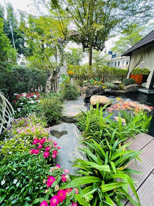 Hồ cá koi và góc vườn nơi Nhật Kim Anh hay ngồi thiền, thư giãn.