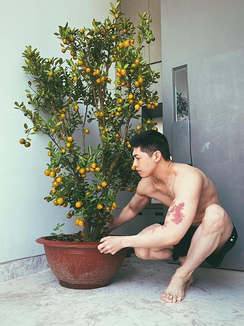 Noo Phước Thịnh tậu thêm chậu quất để trang trí nhà cửa dịp Tết. Nam ca sĩ khiến fan bất ngờ với body vạm vỡ, cơ bắp cuồn cuộn sau thời gian tích cực tập gym.