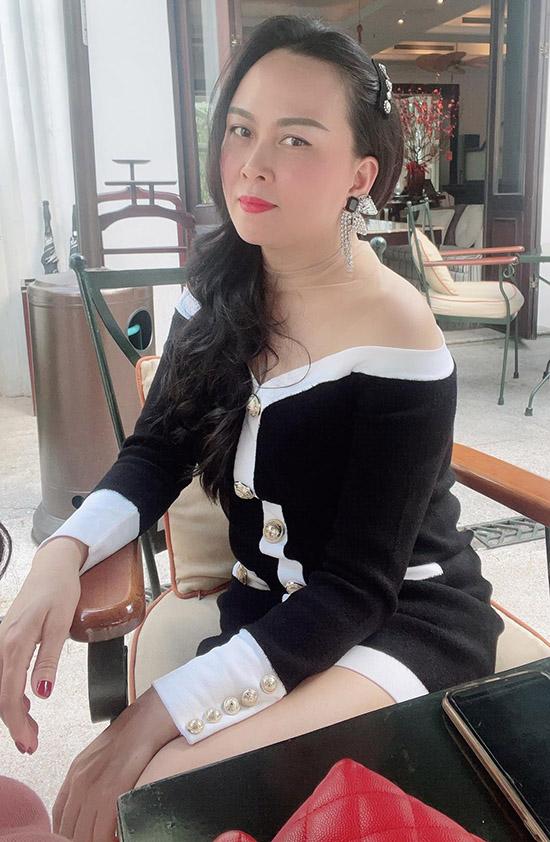 Phượng Chanel luôn chăm chút dung nhan, trang phục kỹ lưỡng. Cô may mắn thừa hưởng làn da hồng hào, đẹp tự nhiên nên không phải đánh phấn, chỉ tô son môi và kẻ lông mày khi xuống phố.