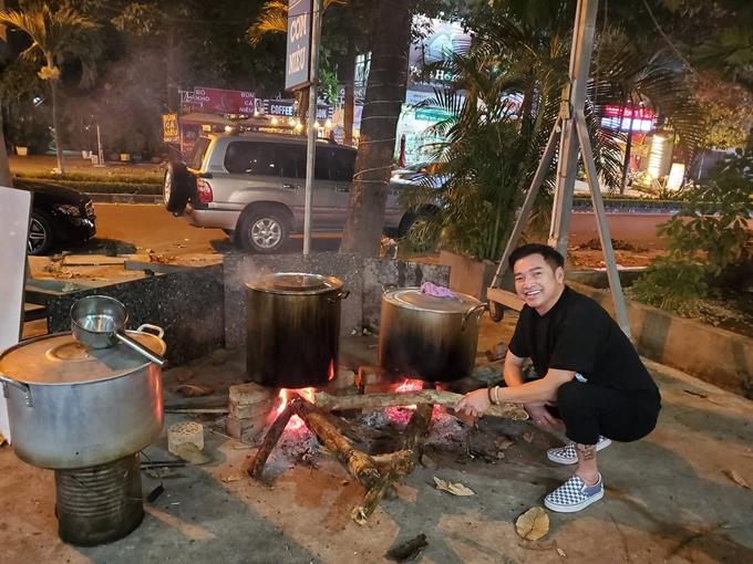 Sau hơn 30 sống tại hải ngoại, nghệ sĩ Quang Minh lần đầu ăn Tết ở Việt Nam. Kết thúc đợi cách ly tại khách sạn, anh sum họp cùng người thân, tìm lại ký ức xưa với buổi tối trông nồi bánh chưng, bánh tét.