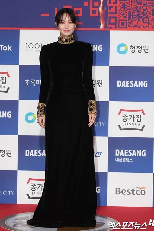 Diễn viên Shin Min Ah duyên dáng trên thảm đỏ.