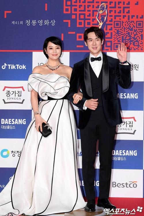 Kim Hye Soo và Yoo Yeon Seok đảm nhận vai trò MC của đêm trao giải.