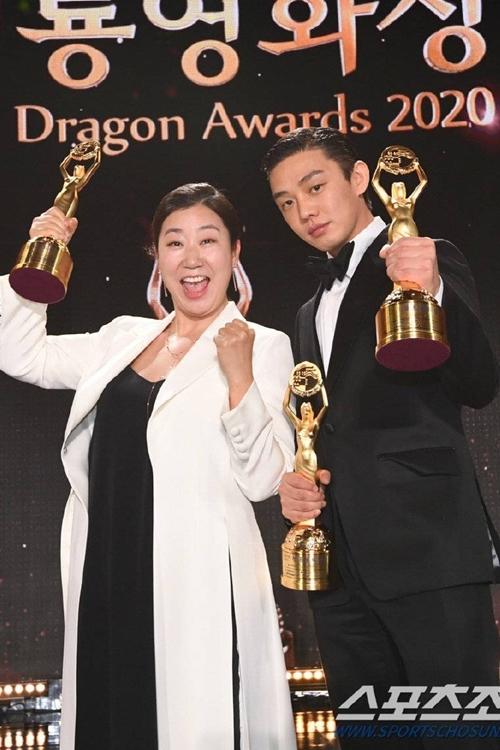 Yoo Ah In và Ra Mi Ran thắng giải Nam - Nữ diễn viên chính xuất sắc.