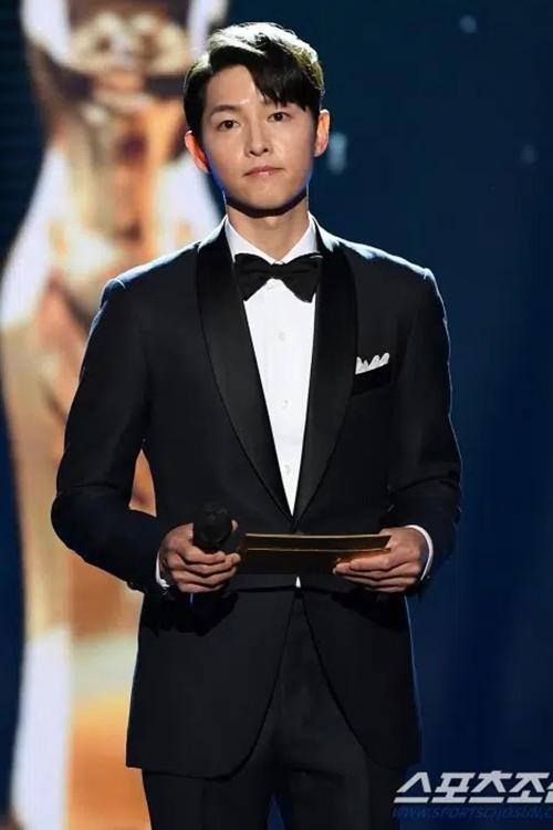 Song Joong Ki được khen đẹp trai, lịch lãm trong bộ vest đơn giản. Nhưng anh cũng gây lo lắng vì gầy và có phần tiều tụy hơn.