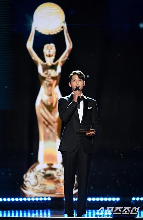 Tối 9/2, Song Joong Ki tham dự lễ trao giải điện ảnh Rồng Xanh lần thứ 41 trong vai trò khách mời phát biểu trên sân khấu. Sự xuất hiện của tài tử gây ngỡ ngàng bởi trước đêm sự kiện, BTC không đưa ra thông tin về sự góp mặt của anh. Trước đó, Song Joong Ki cũng không đi thảm đỏ cùng các nghệ sĩ khác.