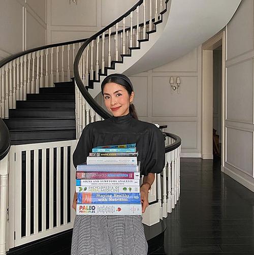 Tăng Thanh Hà mua thêm nhiều đầu sách để đọc cho năm mới.