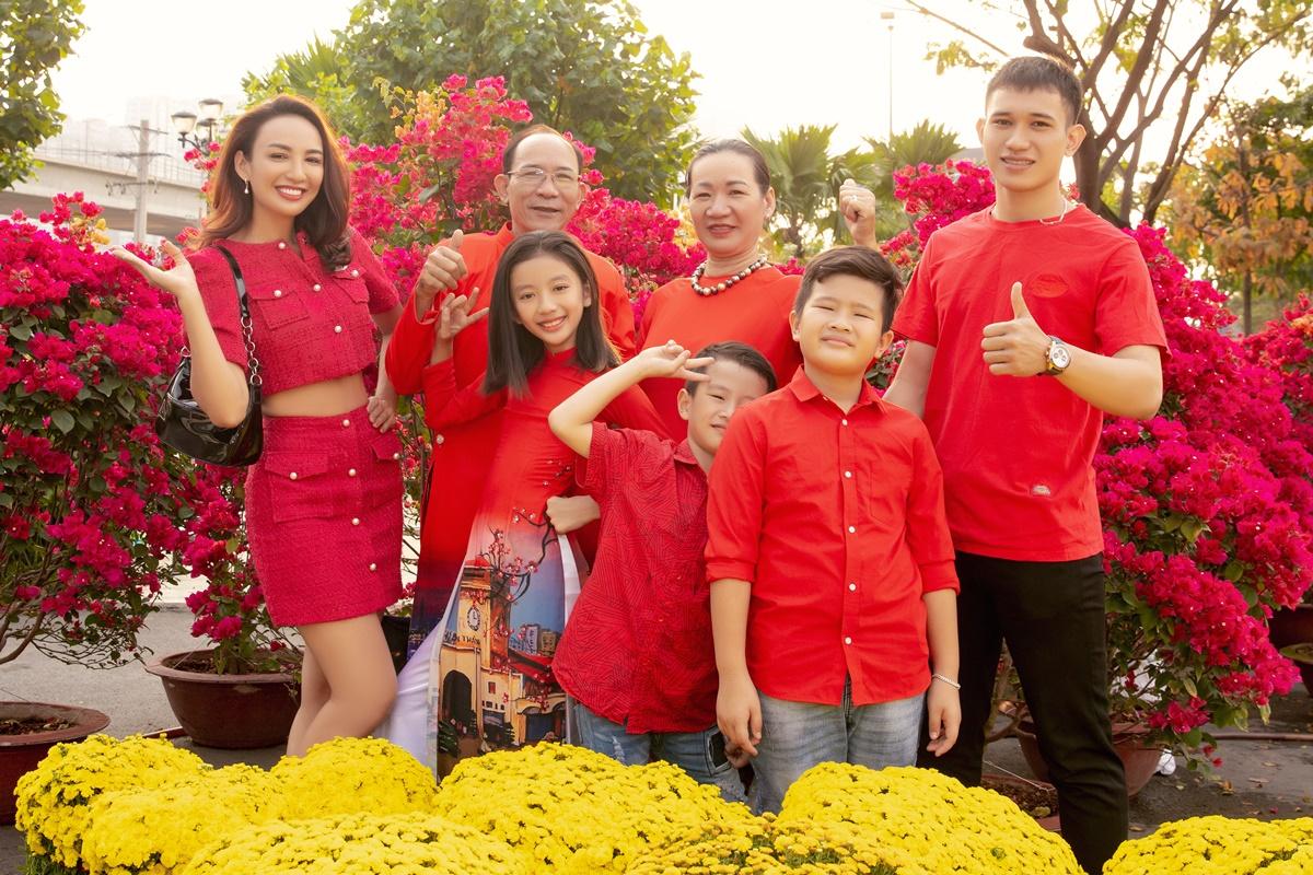 Theo truyền thống, gia đình Hoa hậu Du lịch Việt Nam 2008 luôn chụp ảnh cùng nhau trước thềm năm mới. Con gái Chiko của nàng hậu gây chú ý khi ra dáng thiếu nữ dù chỉ mới 11 tuổi.