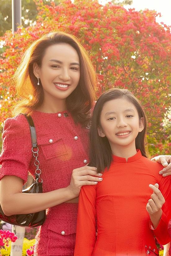 Bé Chiko (tên thật Nam Phương) rạng rỡ trong tà áo dài truyền thống sắc đỏ nổi bật.