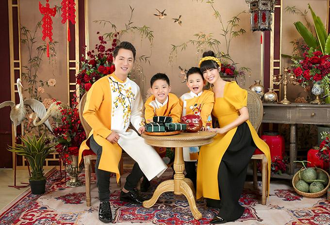Gia đình Đăng Khôi ton-sur-ton với áo dài vàng chụp ảnh trong không gian ấm cúng, đậm màu sắc Tết cổ truyền.