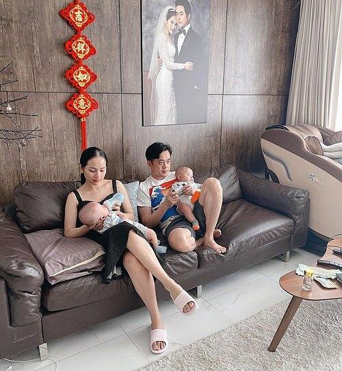 Khoảnh khắc đón Tết đúng chất những ông bố bà mẹ bỉm sữa của gia đình Dương Khắc Linh - Sara Lưu.