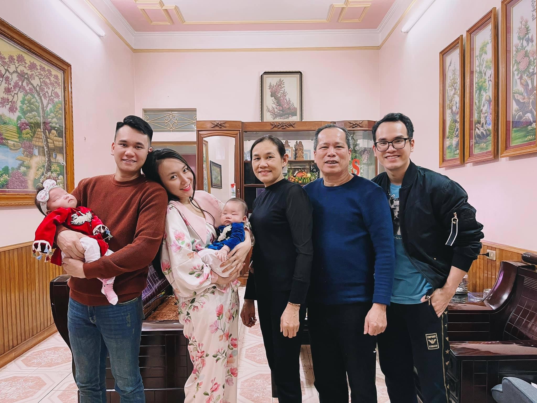 Vợ chồng Khắc Việt đón năm mới bên bố mẹ và em trai - nhạc sĩ Khắc Hưng.