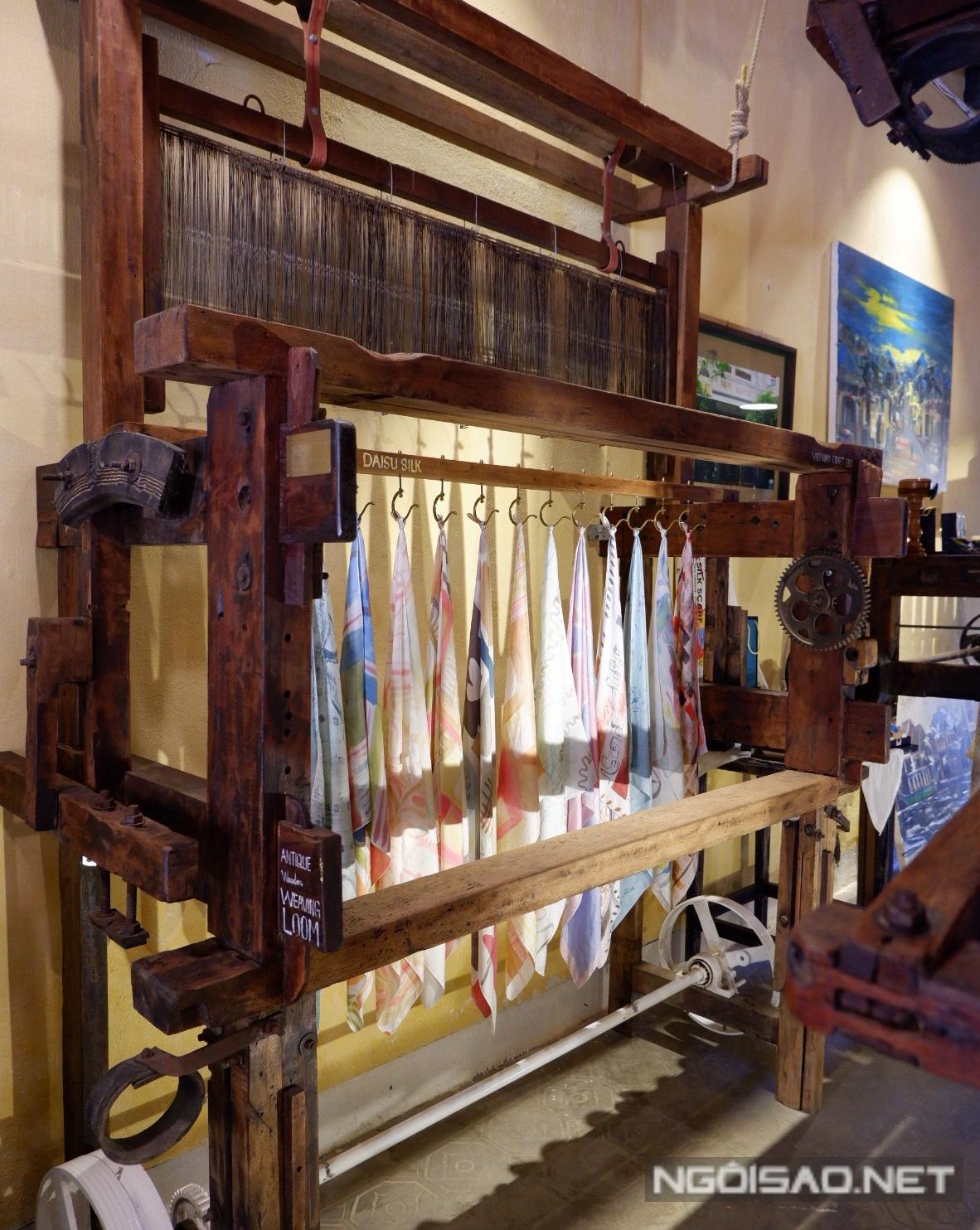 Du khách có thể mua vài sản phẩm tơ tằm về làm quà.