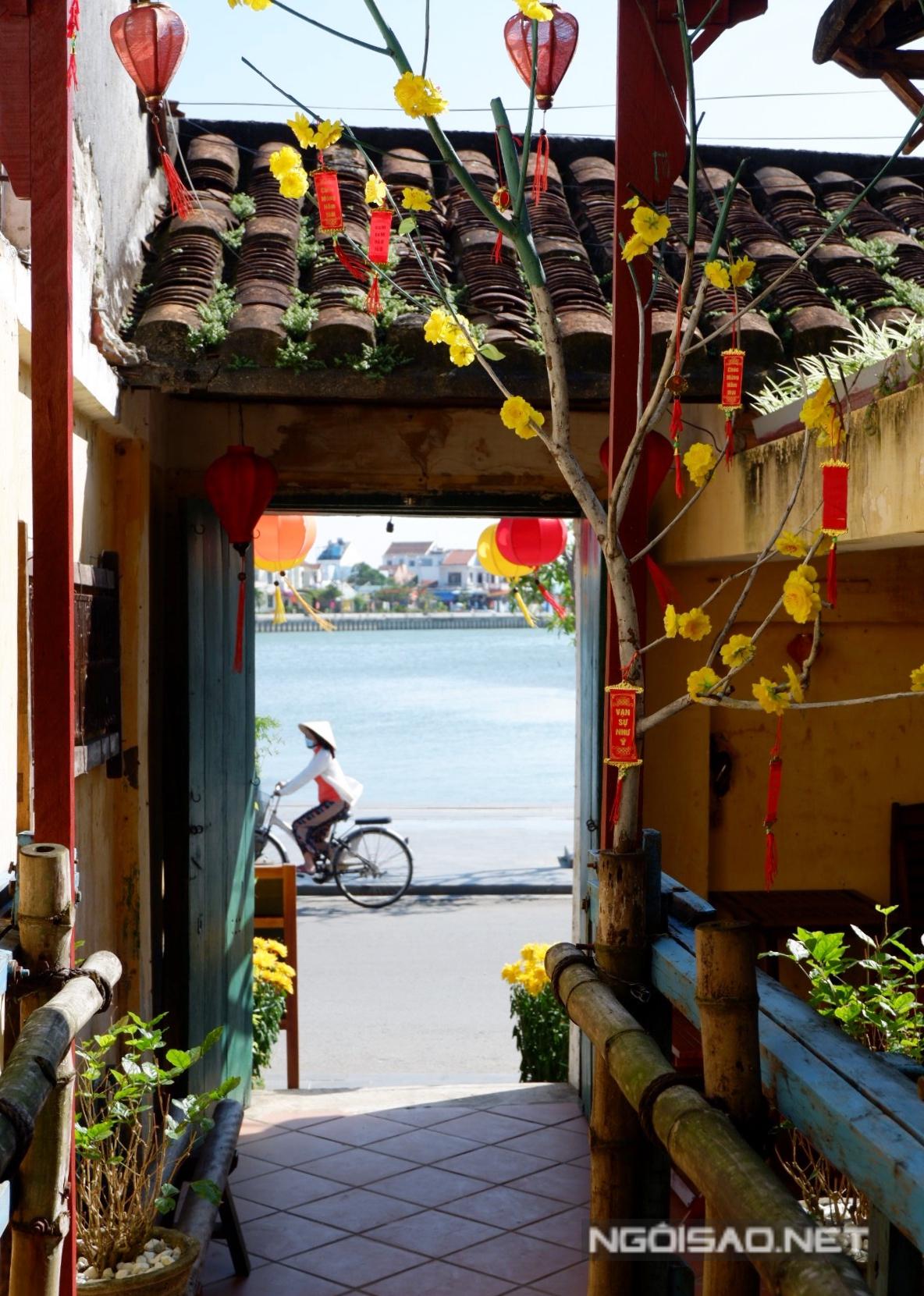 Quán thông từ đường Nguyễn Thái Học sang đường Bạch Đằng.