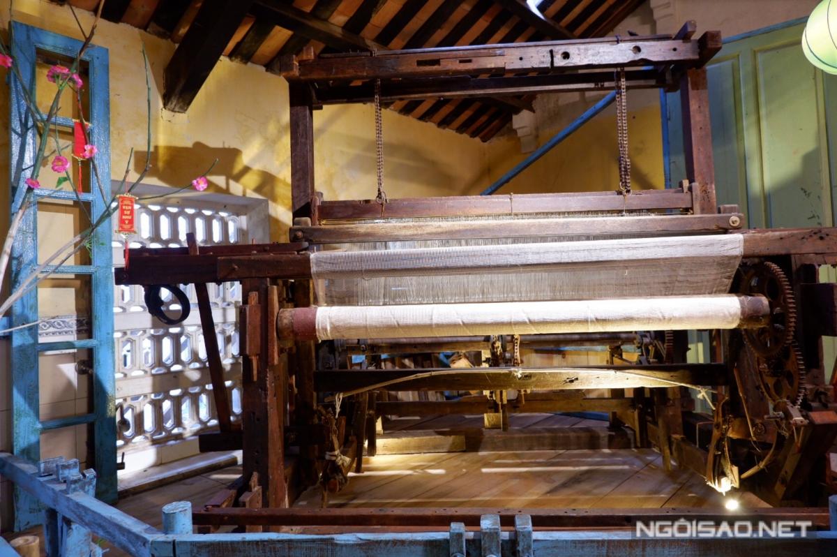 Những khung cửi lớn trưng bày giữa nhà cho khách tham quan.